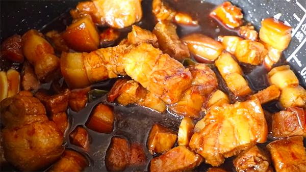 Thịt ba chỉ cạo sạch lông, rửa sạch thái miếng vuông vừa ăn.