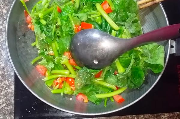 Cách nấu canh rau bí cà chua