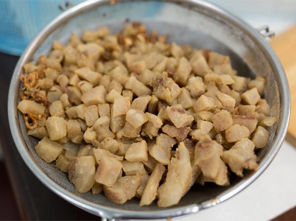 Cách làm tóp mỡ rang muối ớt