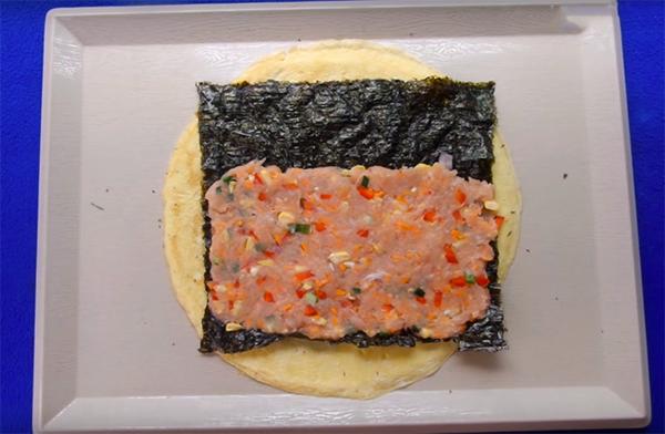 Cách làm trứng cuộn rong biển tôm thịt