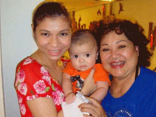 Nghệ sĩ Ngọc Giàu chụp ảnh cùng con gái và cháu ngoại